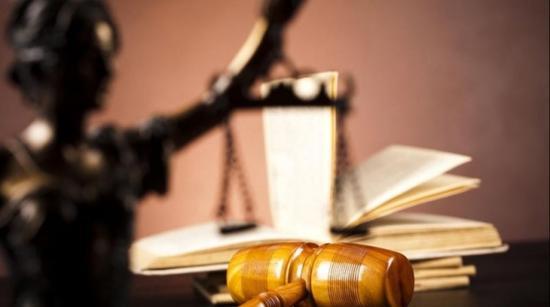 Részben alkotmányellenes a köztisztviselők bérpótléka