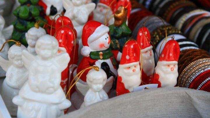 Karácsonyi vásár a Főtéren kalotaszegi varrottastól a bóvliig