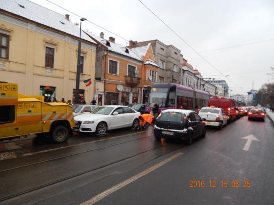 A villamossínen robbant le az Audi, lezárta a forgalmat