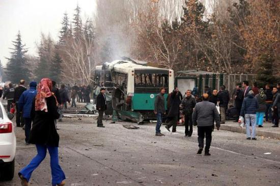 Autóba rejtett pokolgép robbant Törökországban, tucatnyi halott