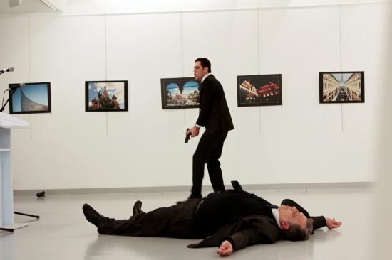 Szolgálaton kívüli török rendőr lőtte le az orosz nagykövetet, a tettest agyonlőtték