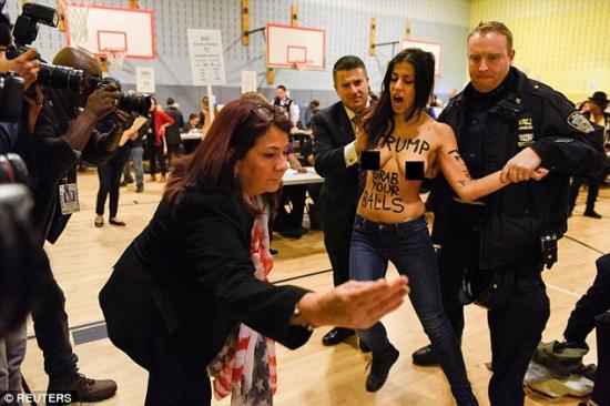 Félmeztelen Femen-aktivista zavarta meg Donald Trump viaszszobrának avatását Madridban