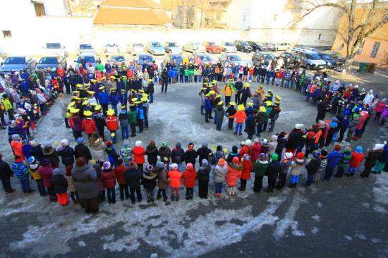Kisiskolások köszöntötték a 60 éves Napsugárt