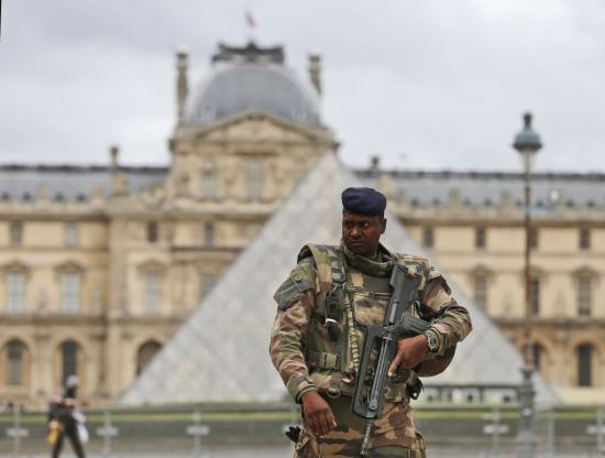 Francia kormányfő: terrorista jellegű támadás történt a Louvre-nál