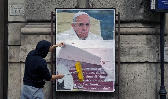 Nyomoznak az olasz hatóságok a Ferenc pápát támadó utcai plakátok miatt