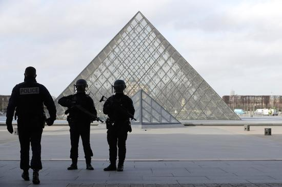 Kihallgatták, de nem tett vallomást a párizsi Louvre-nál katonákra támadó egyiptomi férfi