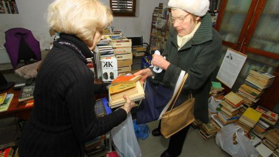 Gyűlnek a könyvek Kommandónak: százévesek és nyomdaszagúak
