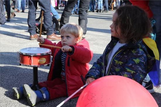 """Újabb """"gyermek-tüntetést"""" szerveznek Bukarestben – a szülők megbüntetésével fenyeget a miniszter"""