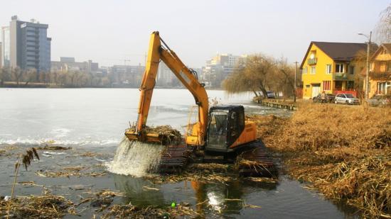 Harminc év után tisztítják a Györgyfalvi-tavat