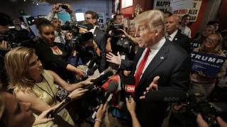 Trump ujjat húz a sajtóval