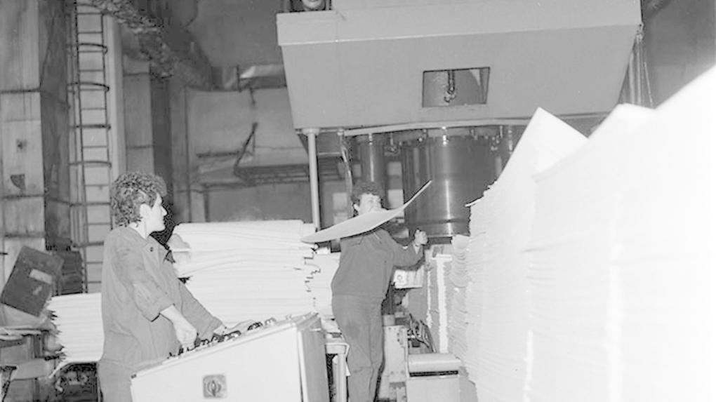 Papírgyártás már ipari méretekben, az 1980-as években (fotó Minerva Archívum)