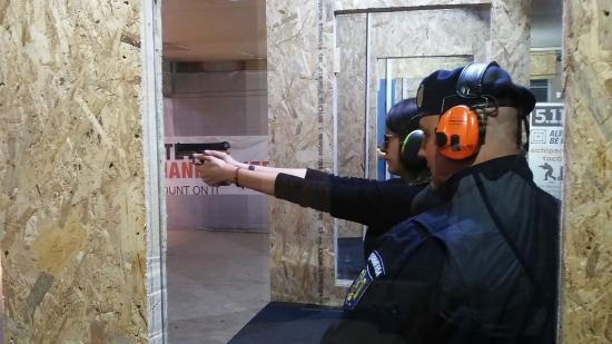 VIDEÓ - A hölgyek sem félnek fegyvert fogni