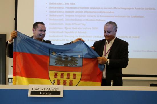 Szilágyi Zsolt Erdély-zászlót adományozott az EFA elnökének