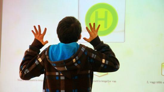 Okostelefon, okostábla, bölcs tanár = okos iskola?