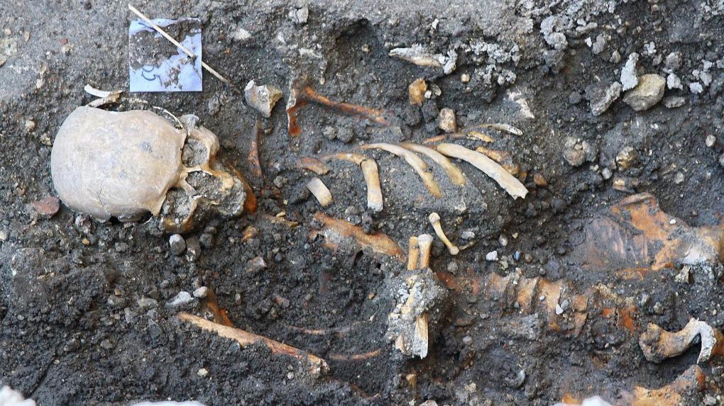 Fiatalok, gyermekek, csecsemők csontvázai kerültek elő