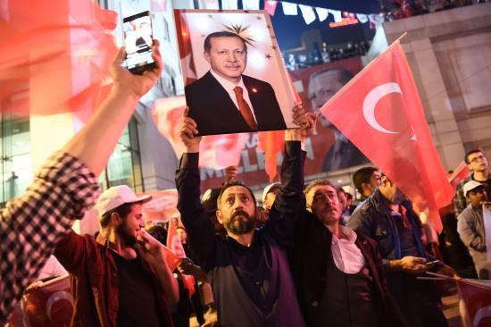Török miniszterelnök: az igen szavazatok kerültek többségbe a népszavazáson