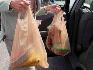 Felmérés: a romániaiak 74 százaléka többször használja a bevásárlózacskókat