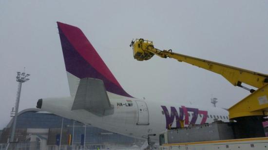 Kolozsvár: hét repülőjáratnak van késése a repülőkre lerakódott jégréteg miatt