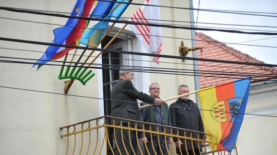 Kitűzte az Erdély-zászlót Tőkés László