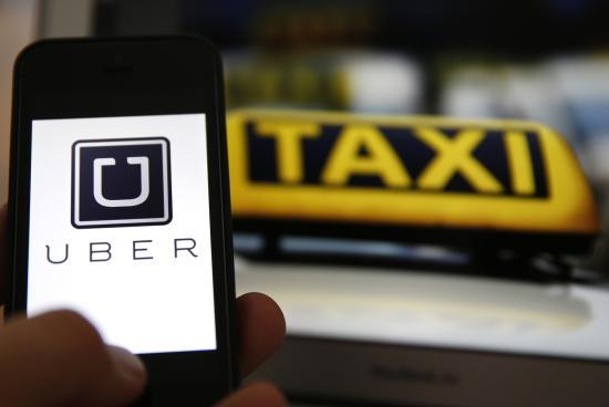Taxisok tüntettek az Uber ellen a kormány előtt