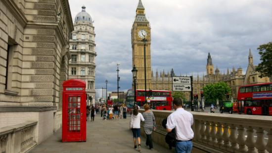 Őrizetbe vettek a londoni parlamentnél egy embert, akinél késeket találtak