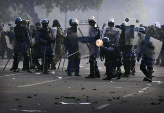 Május 1. a nagyvilágban tömegoszlatással, tiltakozó megmozdulásokkal