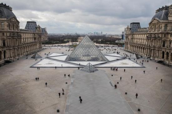 Kiürítették a Louvre előtti teret Párizsban egy biztonsági riasztás miatt