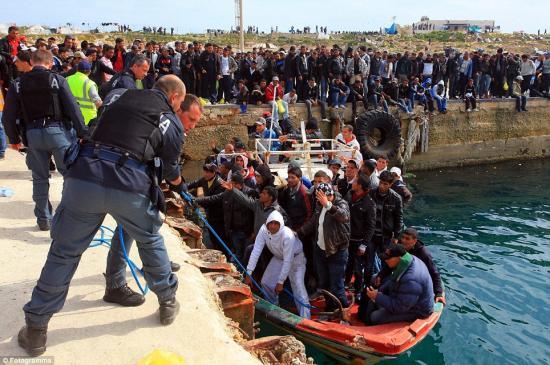 Több mint hatezer migráns érkezett az olasz partokra a hétvégén