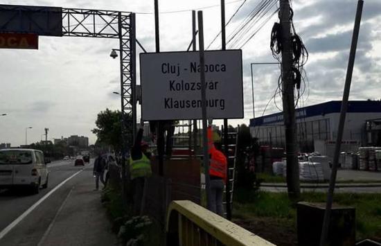 Háromnyelvű helységnévtábla fogadja a FUEN-kongresszus résztvevőit Kolozsváron (FRISSÍTVE)