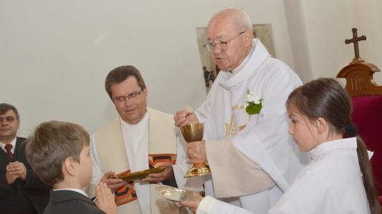 Elsőáldoztak a monostori gyülekezet és piarista templom fiataljai