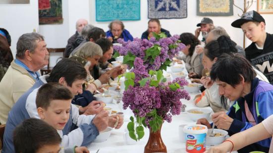Neculai és a galambos bácsi is evett az önkéntes szakácsok főztjéből