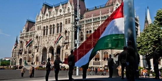 Nemzeti összetartozás napja - Felvonták a nemzeti lobogót Budapesten, a Kossuth téren