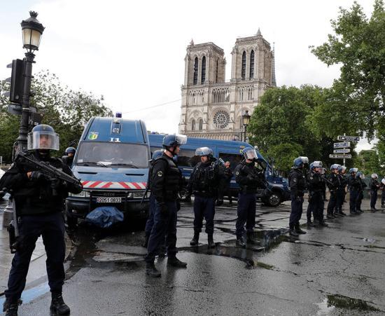 Kalapáccsal fenyegetőzött egy férfi Párizsban, lelőtték a rendőrök