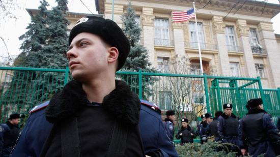 Robbanószerkezettel támadták meg a kijevi amerikai követséget