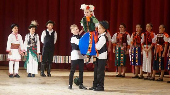 Táncévzáró Bánffyhunyadon: néptánc és játék a színpadon