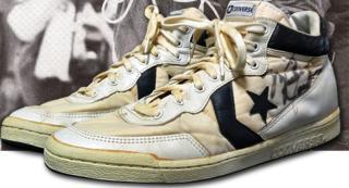 Több mint 190 ezer dollárért kelt el Michael Jordan sportcipője