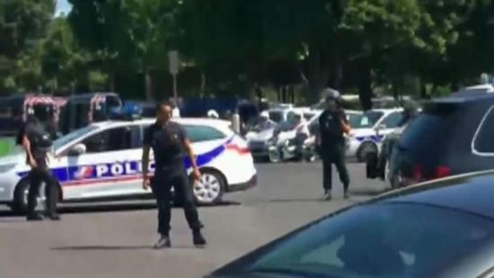 Rendőrségi furgonba rohant egy autó Párizsban