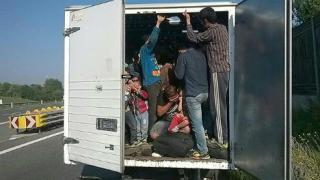 Kilencvenegy, iraki és szíriai migránst találtak egy kamionban Nagylaknál
