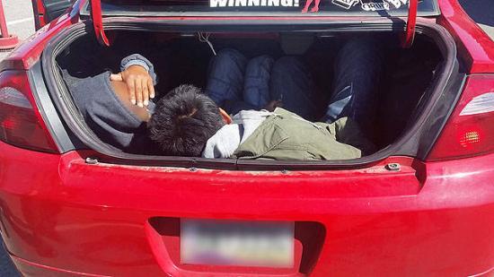 Kilenc bevándorlót zsúfolt autójába a határrendészek által elfogott szerb embercsempész