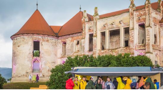 Esős nyitónap az Electric Castle fesztiválon