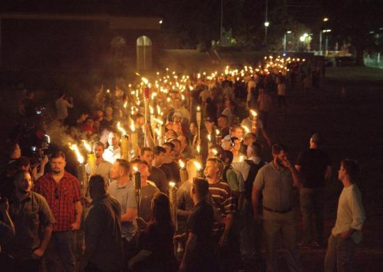 Rendkívüli állapot egy amerikai városban a szélsőjobboldal rendezvényen kitört erőszak miatt