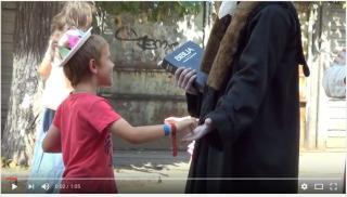 VIDEÓ - Gyermekek provokálják a Farkai utcai élőszobrokat