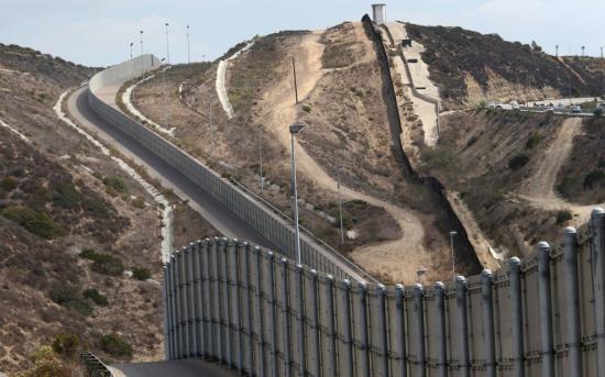 Az amerikai kormány négy céget választott ki a mexikói határfal prototípusai elkészítésére