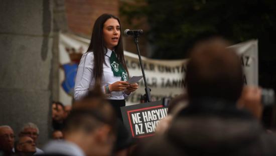 Több ezren tüntettek a Római Katolikus Gimnázium védelmében