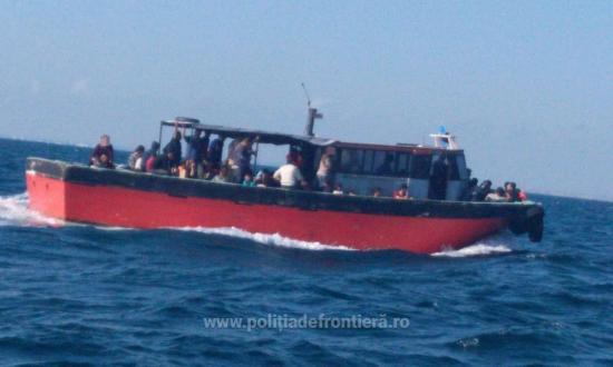 157 migráns, köztük 56 gyerek volt egy csónakban a Fekete-tengeren
