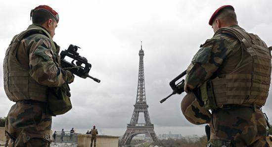 Katonára támadt egy késsel felfegyverzett férfi Párizsban