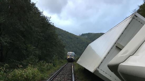 Felborult egy kamion, három órát állt a vasúti közlekedés Feketetón