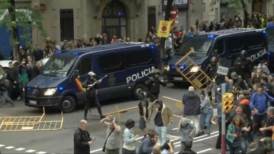 Erőszakba torkollott Katalóniában a voksolás elleni rendőri fellépés