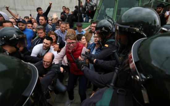 Katalán népszavazás - Rohamrendőrök zárták el a bejáratot több szavazóhelyiségnél