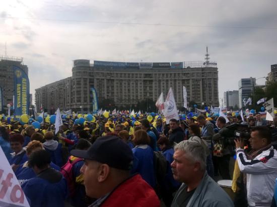 Több mint kétezren tiltakoznak a kormány épülete előtt